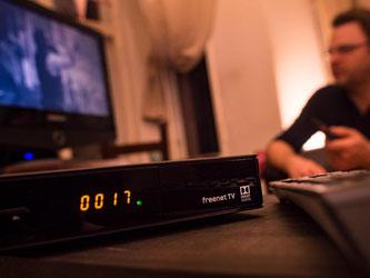 Mit einem Freenet-TV-fähigen Receiver ist es möglich, auch auf älteren Fernsehern die privaten HD-Programme zu empfangen. Foto: Franziska Gabbert/dpa-tmn
