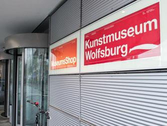 Hinter dem Kunstmuseum Wolfsburg steht die vermögende Kunststiftung Volkswagen. Foto: Christoph Schmidt.