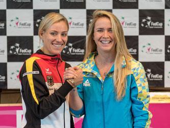 Angelique Kerber posiert mit der Ukrainerin Jelina Switolina, ihrer Gegnerin für das dritte Spiel. Foto: Daniel Maurer