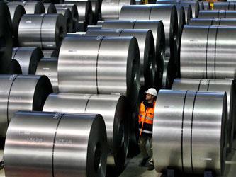 Ein Mitarbeiter von Thyssenkrupp schaut sich im Duisburger Stahlwerk Rohstahlrollen an. Foto: Oliver Berg