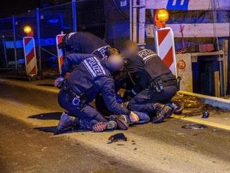 Mehrere Polizisten drücken in Stuttgart einen Mann auf den Asphalt einer Straße. Foto: SDMG/Werner/Archiv