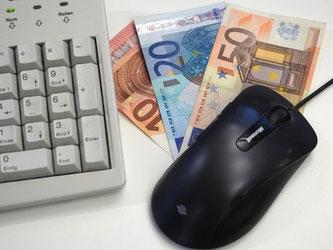 Finanzportale vermitteln Anlagen bei Banken im EU-Ausland und ziehen mit Zinsen deutsche Sparer an. Foto: Georg Hilgemann/Symbolbild