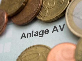 Auch Ausgaben für die Altersvorsorge mindern die Steuerlast. Dafür müssen Steuerzahler die Anlage AV ausfüllen. Foto: Andrea Warnecke/dpa-tmn