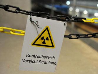 Ein an einer Kette befestigtes Schild im atomaren Zwischenlager in Gorleben warnt vor Strahlung. Foto: Jochen Lübke/Archiv