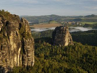 Die Sandsteinfelsen im Nationalpark Sächsische Schweiz locken besonders Kletterer. Wandern kann man in dem Park aber auch ziemlich gut. Foto: Frank Exß