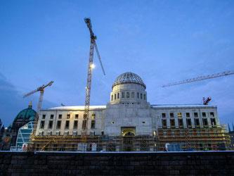 Die Baustelle des Berliner Schlosses am frühen Abend vor Winterhimmel. Foto: Paul Zinken