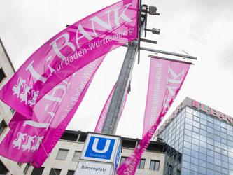 Fahnen der Landeskreditbank Baden-Württemberg (L-Bank) in Karlsruhe. Foto: Wolfram Kastl/Archiv