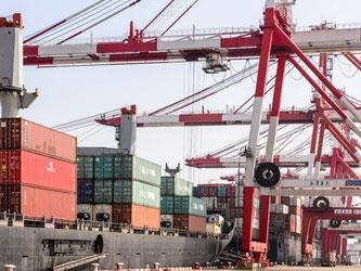 Containerhafen in Shanghai: Besonders stark ging der Handel mit Ländern außerhalb der EU zurück. Foto: Ole Spata
