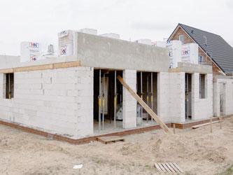 Wer sein Haus noch 2017 bauen lassen möchte, sollte bei der Vertragsgestaltung darauf achten, dass die Regeln des neuen Bauvertragsrechts bereits gelten. Foto: Markus Scholz/dpa-tmn