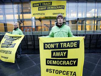 Greenpeace-Aktivisten demonstrieren gegen Ceta: «Don't trade away democracy» (Handelt nicht die Demokratie weg). Foto: Julien Warnand