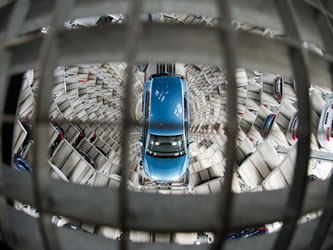 Beim Autobauer VW ruhen die Fließbänder derzeit teilweise. Foto: Julian Stratenschulte