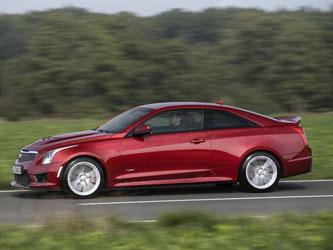 Das ATS-V Coupé zeigt seine Potenz. Die kantige Karosse und die mächtigen Lufteinlässe auf der Haube sind typisch für einen Sportwagen. Foto: Cadillac