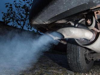 Qualmender Auspuff eines Dieselfahrzeugs: Heute ist jeder zweite Neuwagen in Europa ein Diesel. Foto: Patrick Pleul