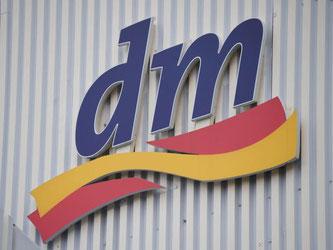 Ein Logo der Drogeriemarktkette dm an der Firmenzentrale. Foto: Uli Deck/Archiv
