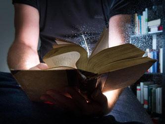 Staub ist gar nicht mal eines der größten Probleme bei der Lagerung von Büchern - wichtiger ist zum Beispiel, dass sie nicht zu eng im Regal stehen. Foto: Franziska Gabbert