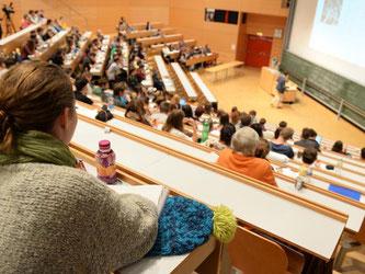 Mehr als trockene Vorlesung: Duale Studiengänge kombinieren den Hochschulbesuch mit Praxisphasen im Betrieb. Die Konkurrenz um die dualen Studienplätze ist häufig sehr groß. Foto: Felix Kästle