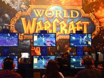 Blizzards neuer «World of Warcraft»-Teil zieht viele Spieler an, die direkt am Stand gegeneinander antreten wollen. Foto: Caroline Seidel
