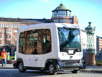 Der Roboterbus vom Typ EZ10 verfügt über jeweils sechs Sitz- und Stehplätze und wird zum ersten Mal in der Rhein-Neckar-Region der Öffentlichkeit vorgestellt. Foto: Uwe Anspach