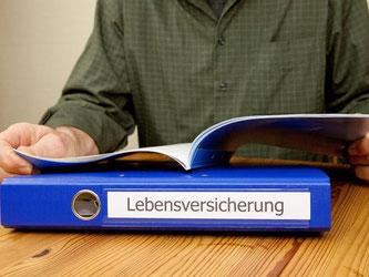 Wer eine Lebensversicherung kündigt, muss oft um die Abschlusskosten streiten. Laut einem Urteil des Oberlandesgerichts Frankfurt sind Stornoabzugs-Klauseln jedoch unwirksam. Foto: Kai Remmers