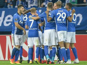 Die Schalker Spieler freuen sich über den Erfolg gegen Salzburg. Foto: Wolfram Kastl