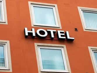 Die Beliebtheit der Buchungsportale wächst. Doch auch der Anteil der Direktbuchungen über hoteleigene Homepages steigt. Foto: Peter Kneffel/dpa