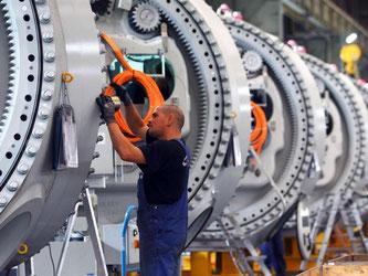 Montage von Windkraftanlagen in Rostock: Die Stimmung in der deutschen Wirtschaft hat sich weiter eingetrübt. Foto: Jens Büttner/Illustration