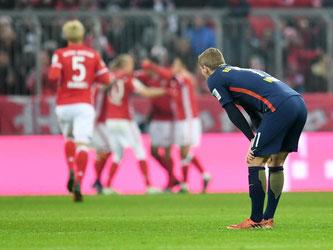 Leipzigs Timo Werner blickt den Bayern-Spielern beim Torjubel nach dem 3:0 zu. Foto: Tobias Hase