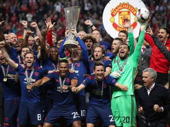 Champions: Kapitän Wayne Rooney (M) stemmt den Pokal, seine Mitspieler jubeln. Manchester United hat die Europa League gewonnen. Foto: Nick Potts