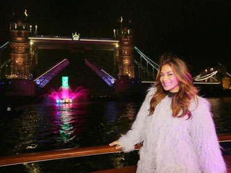 US-Sänger Nicole Scherzinger stellt vor der Tower Bridge in London das neue Spiel «Candy Crush Soda Saga» vor. Foto: Carmen Valino/King Digital Han