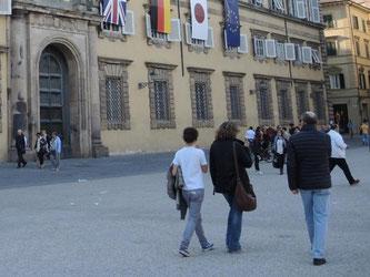 Anlässlich des G7-Treffens sind in Lucca die Flaggen von Italien, Kanada, Frankreich, den USA, Großbritannien, Deutschland, Japan und der EU zu sehen. Foto: Lena Klimkeit
