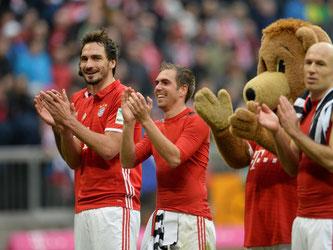 Mats Hummels, Philipp Lahm, Maskottchen Bernie und Arjen Robben (l-r) jubeln nach dem souveränen 3:0 gegen Frankfurt. Foto: Andreas Gebert
