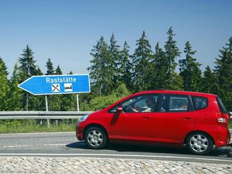 Tempolimit, Linksverkehr, Kreisel: Über all das sollten sich Autofahrer vor der Abfahrt in den Urlaub informieren. Foto: Wolfram Steinberg