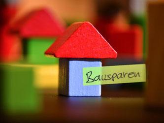 Immer mehr Bausparer bleiben wegen der zugesicherten Zinsen in der Sparphase. Bausparkassen wollen sich daher Einnahmen durch Gebühren sichern. Foto: Felix Kästle/dpa