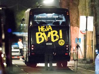 In der Nacht gingen die Untersuchungen des LKA am BVB-Bus weiter. Foto: Marcel Kusch