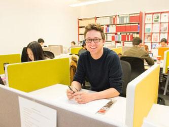 Kevin Müller träumt von einem Job in der internationalen Politik. Er studiert Public Policy an der Hertie School of Governance. Foto: Inga Kjer