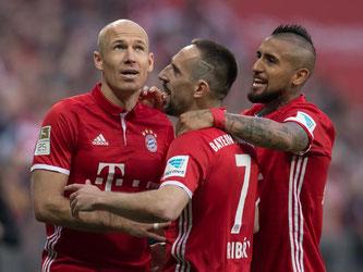 Die Bayern-Stars Arjen Robben, Franck Ribéry und Arturo Vidal (l-r) gaben sich gegen den BVB keine Blöße. Foto: Sven Hoppe