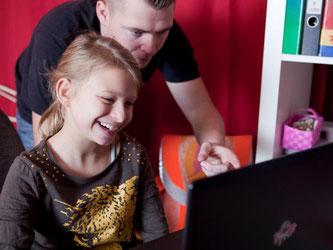 Kindern ist oft nicht klar, ob etwa Musik im Netz urheberrechtlich geschützt ist - Erwachsene sollten sie daher darüber aufklären. Foto: Silvia Marks/dpa-tmn