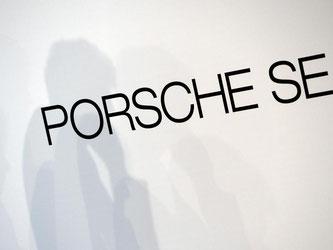 Porsche-SE-Schriftzug. Foto: Bernd Weissbrod/Archiv