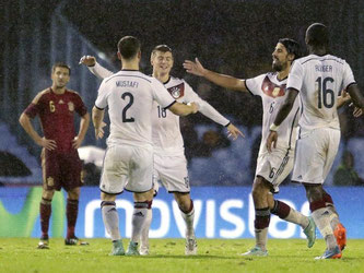 Toni Kroos (M) lässt sich nach seinem Treffer von den Mitspielern feiern. Foto: Lavandeira Jr.