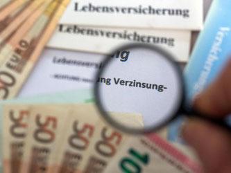 Sorgenkind Lebensversicherung: Der Garantiezins bei Neuverträgen sollte laut DAV nicht unter 0,9 Prozent sinken. Foto: Jens Büttner/dpa