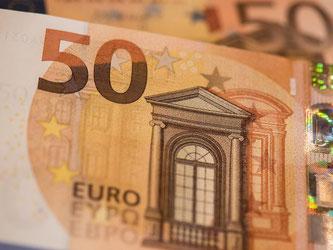 Nach und nach werden 5,4 Milliarden Stück der neuen 50-Euro-Banknote in Umlauf gebracht. Foto: Boris Roessler