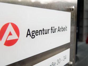 Ein Schild am Eingang der Agentur für Arbeit in Stuttgart. Foto: Sebastian Kahnert/Archiv