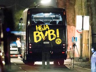 Ein Beamter des LKA untersucht den Mannschaftsbus von Borussia Dortmund. Foto: Marcel Kusch/Archiv