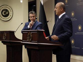 Bundesaußenminister Sigmar Gabriel und der Außenminister der Türkei, Mevlüt Cavusoglu, sprechen in Ankara. Foto: Burhan Ozbilici