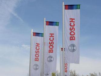 Fahnen mit dem Bosch Logo sind vor dem Bosch Campus zu sehen. Foto: Franziska Kraufmann/Archiv