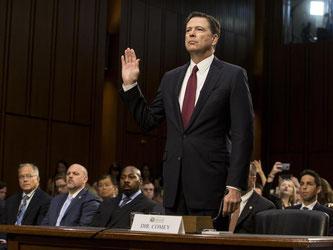 In Washington wird Ex-FBI-Direktor James Comey vor Beginn seiner Anhörung vor dem Geheimdienstausschuss des US-Senats vereidigt. Foto: Alex Edelman