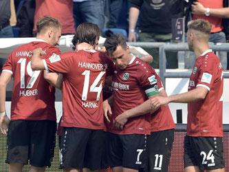 Hannovers Spieler feiern den Treffer zum 1:0. Foto: Silas Stein
