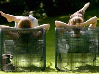 Ganz entspannt im Grünen kann man auf gute Gedanken kommen. Foto: Frank May/