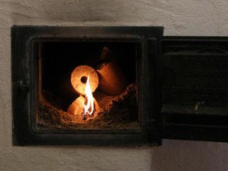 Jeder, der mit brennbaren Stoffen in geschlossenen Räumen heizt, sollte sich mit CO-Meldern vor einer Kohlenmonoxid-Vergiftung schützen. Foto: Karl-Josef Hildenbrand