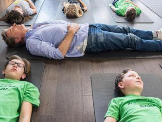 Fernsehmoderator Jörg Pilawa ist Botschafter der Deutschen Rheuma-Liga und liegt hier in Hamburg mit rheuma-erkrankten Kindern in einer Physiotherapie. Foto: Lukas Schulze